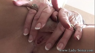MILF Sonia fucks her cunt and rubs her clit to orgasm